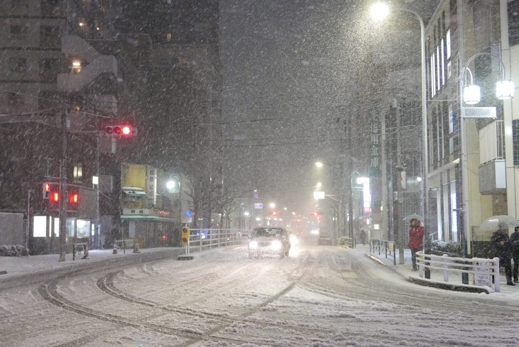 大雪が降る26号線武蔵小山駅付近
